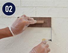 塗りつけから1時間後、型板を添えて成形したい形・模様を描いてください。