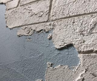 漆喰うま〜くヌレールのみず色を塗った壁に、DECOで立体的な演出。漆喰の色の差とDECOならでわの奥行きで表現されたレトロな壁。