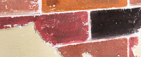 うま〜くヌレールDECOで成形した壁に着色。凹凸ある仕上がりに明るい色付けをして、DECOの立体感をカラフルに表現した壁。