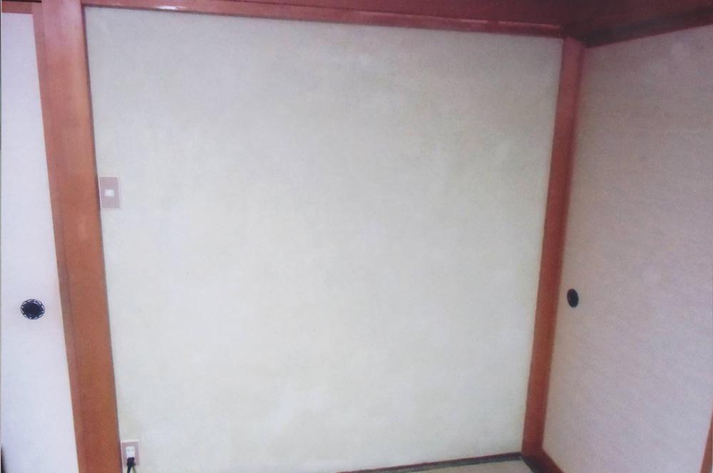漆喰・二度塗り・作品賞・入選作品④・壁の黒ずみが消えて明るく爽やかな仏間に変身。