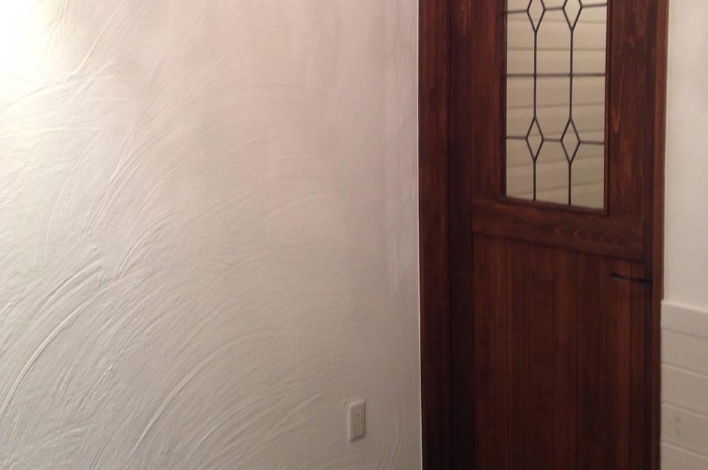 漆喰壁・照明・手塗りで仕上げた超大作!漆喰壁のパン屋さん。