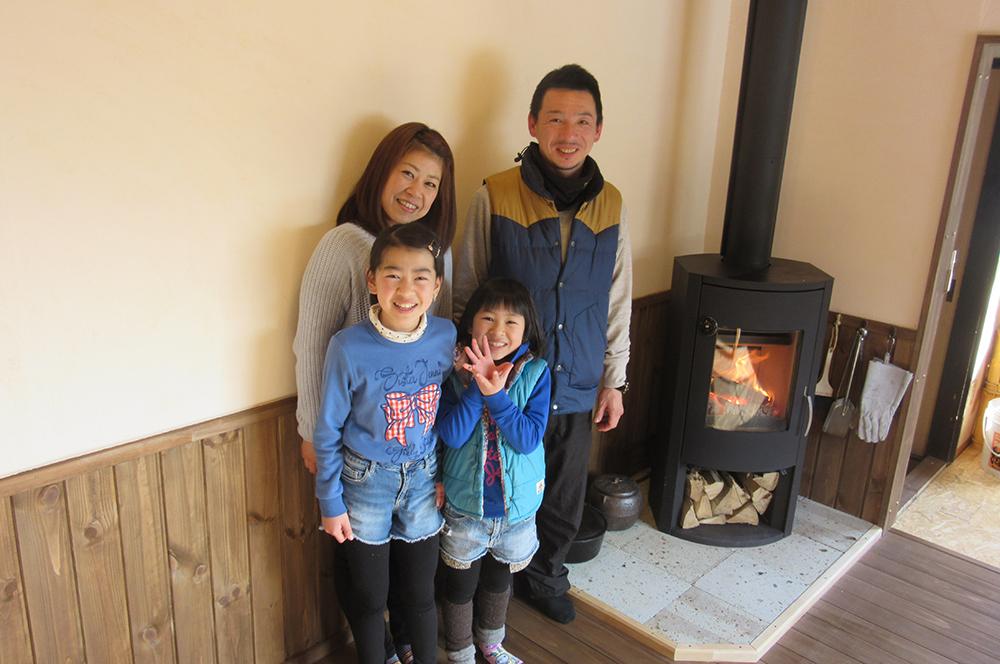 家族集合写真・木と漆喰の見事なコラボレーション!
