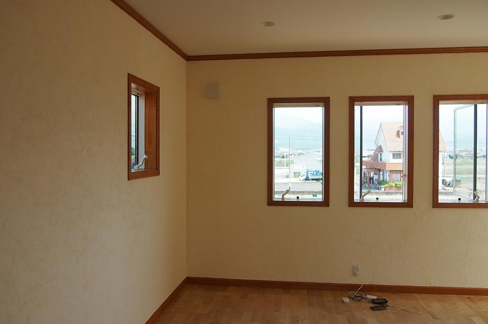漆喰壁・明るい部屋・140坪の新築住宅の壁を自分達の手で!