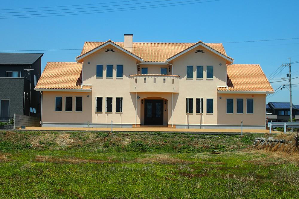 新築・外観・140坪の新築住宅の壁を自分達の手で!