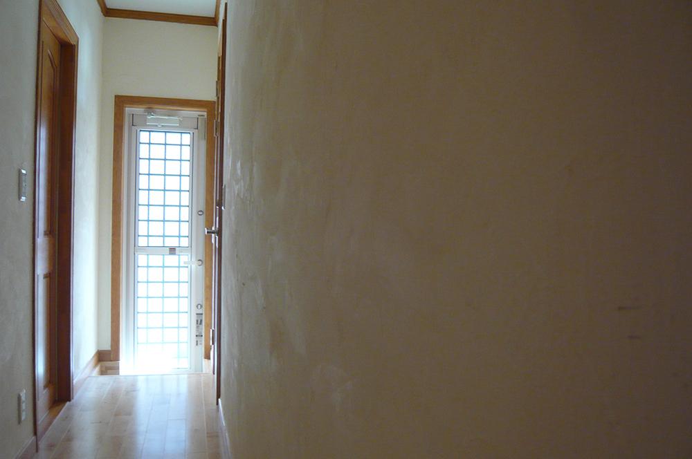 漆喰・玄関・140坪の新築住宅の壁を自分達の手で!