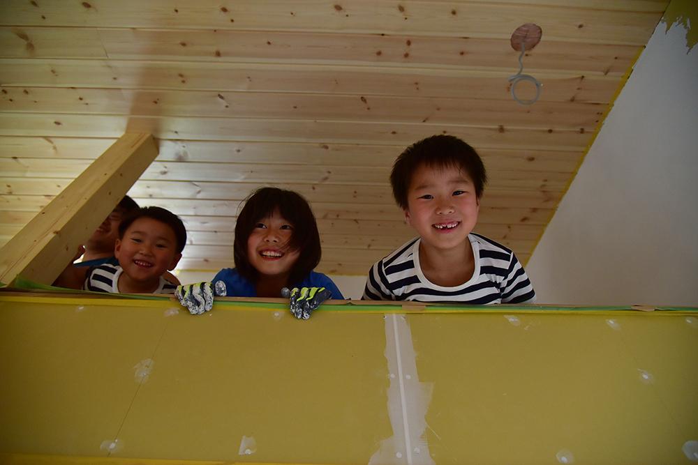 漆喰・漆喰DIY・笑顔・子供達・ココを塗るのは難しい?大丈夫です!コツをお教えします!!